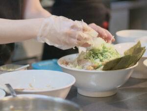 麺屋ことぶきのラーメン調理の様子